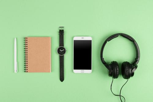 Smartphone, Notizblock, Kopfhörer auf der Farbrückseite Tisch Musik Business Telefon PDA Computer Bildschirm Technik & Technologie Internet Medien Papier hören