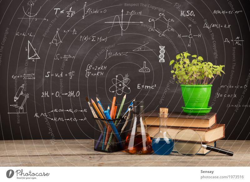 Bildungskonzept - Bücher auf dem Schreibtisch im Auditorium schwarz Schule Büro Tisch Buch lernen Studium schreiben Wissenschaften Tafel Kreide Entwurf