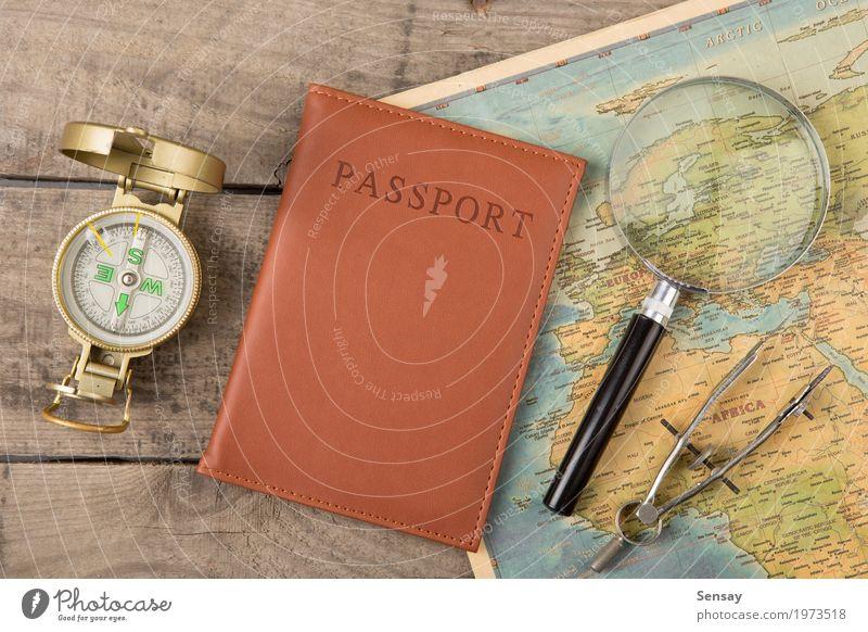 Kompass und Vintage Karte auf dem Schreibtisch aus Holz Ferien & Urlaub & Reisen Ausflug Abenteuer Dekoration & Verzierung Erde Mauer Wand Leder alt historisch