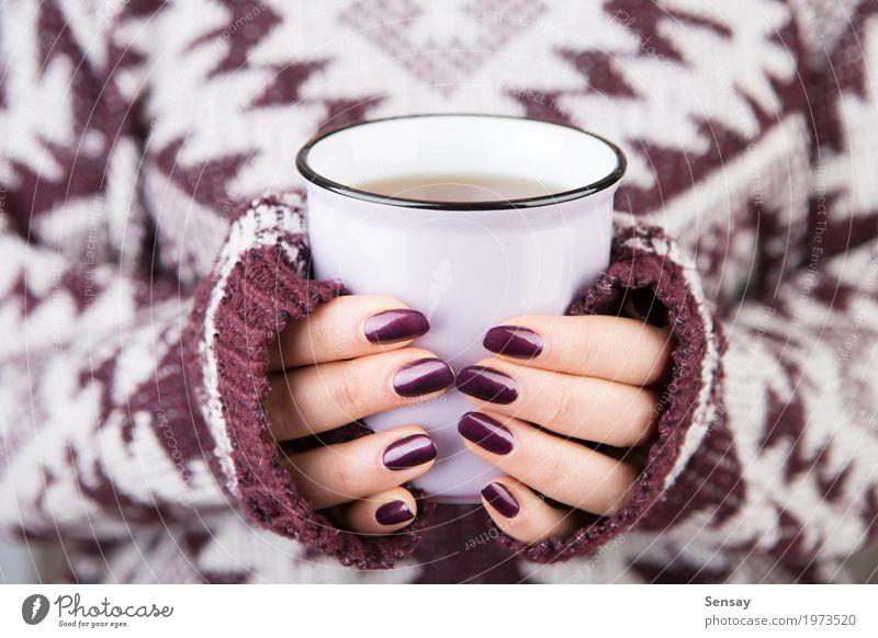 Frau in der gemütlichen Strickjacke, die eine Schale hält Frühstück Getränk Kaffee Tee stricken Winter Mensch Mädchen Erwachsene Hand Wärme Pullover heiß weiß