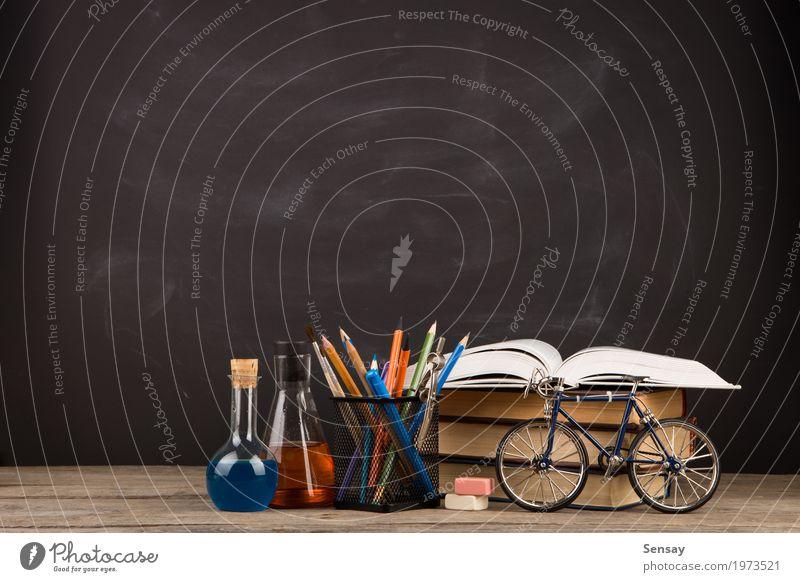 Bildungskonzept - Bücher auf dem Schreibtisch im Auditorium Tisch Wissenschaften Schule lernen Klassenraum Tafel Studium Büro Buch Bibliothek schwarz Weisheit