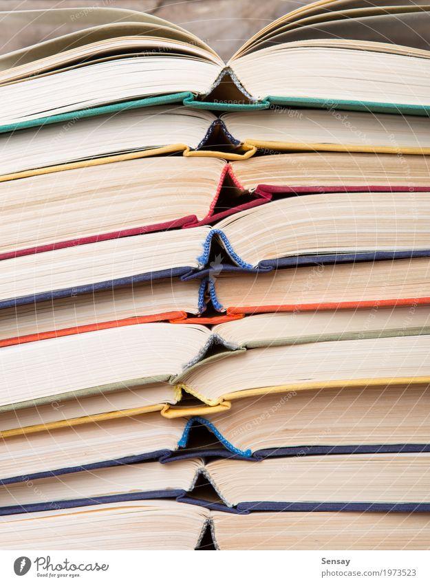 Bücher auf dem hölzernen Hintergrund Design lesen Tisch Wissenschaften Schule Studium Buch Bibliothek Papier Holz alt retro braun weiß Stapel lernen Handbuch