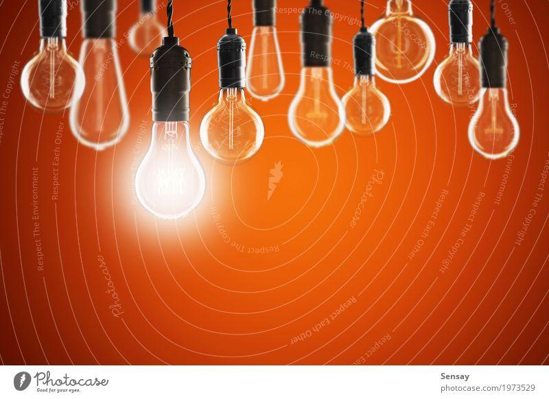 Ideen- und Führungskonzept - Birnen auf dem Schmutzhintergrund Design Lampe Erfolg Wissenschaften Technik & Technologie alt hell rot Energie Kreativität