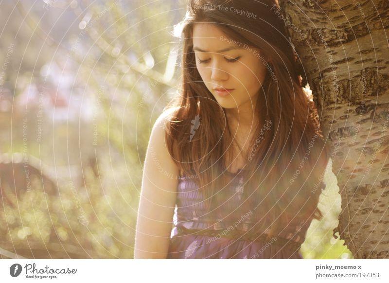I wait. schön grün Einsamkeit gelb Erholung feminin Bewegung Holz träumen Traurigkeit Denken braun Gesundheit weich Kleid violett