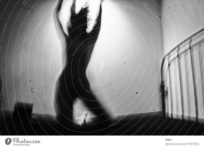 Dream dunkel feminin Erotik Wand Gefühle einzigartig Bett außergewöhnlich Fleck exotisch Kratzer Schwarzweißfoto Langzeitbelichtung