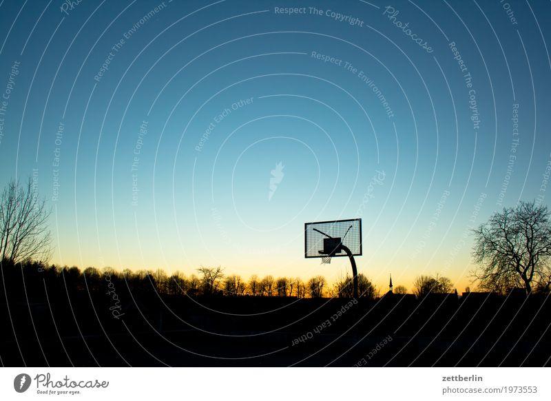 Baluschek Abend Berlin Dämmerung Froschperspektive Himmel Himmel (Jenseits) Abenddämmerung Feierabend Horizont Ferne Herbst Winter Basketball Korb Spielen Sport