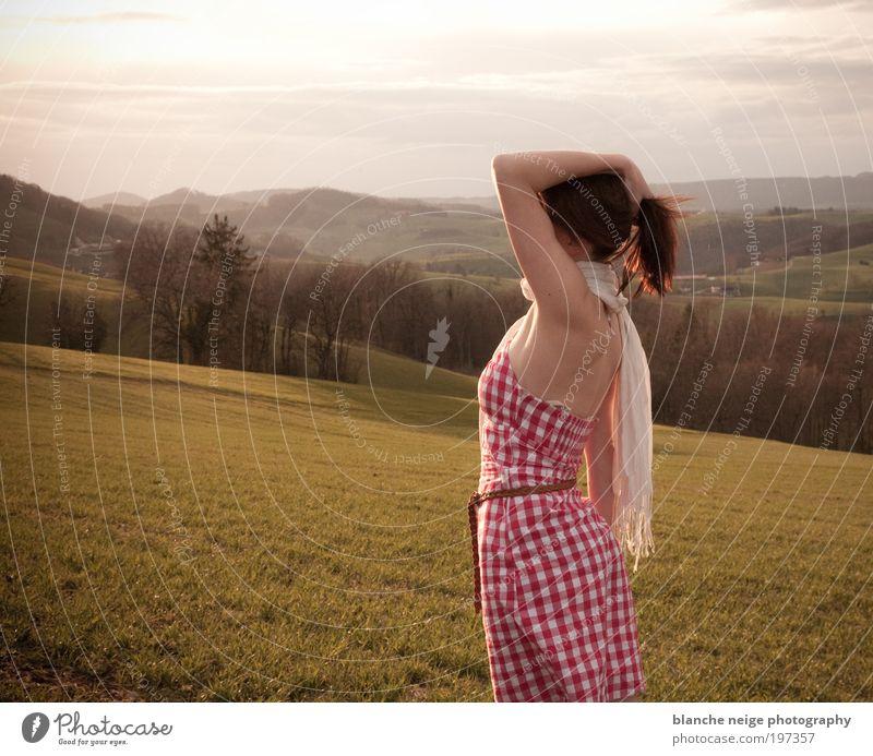 von der sonne geküsst elegant Ferien & Urlaub & Reisen Freiheit Sonne feminin Junge Frau Jugendliche Erwachsene 1 Mensch 18-30 Jahre Wiese Feld Hügel Kleid