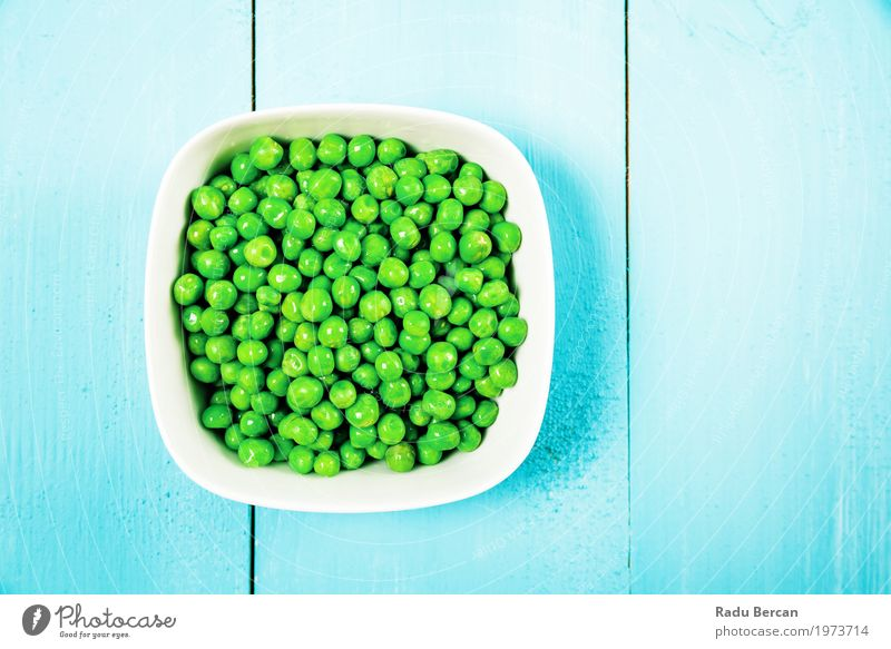Frische grüne Erbsen in der weißen Schüssel auf Türkis-Tabelle Natur Pflanze blau Farbe Umwelt Essen Gesundheit natürlich Holz klein Lebensmittel Ernährung