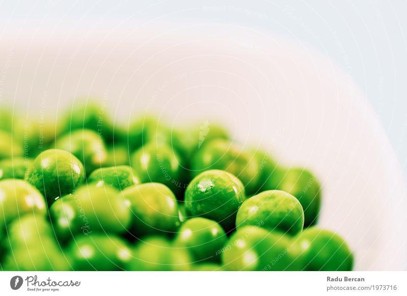 Frische grüne Erbsen in der weißen Schüssel auf Türkis-Tabelle Natur Pflanze Farbe Essen Gesundheit natürlich Holz klein Lebensmittel Ernährung frisch Tisch
