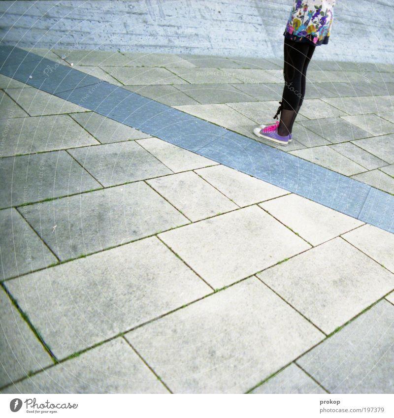 Zwanzig nach eins Frau Mensch Jugendliche Stadt ruhig feminin Stein Fuß Linie Beine Zufriedenheit warten Mode Erwachsene Beginn