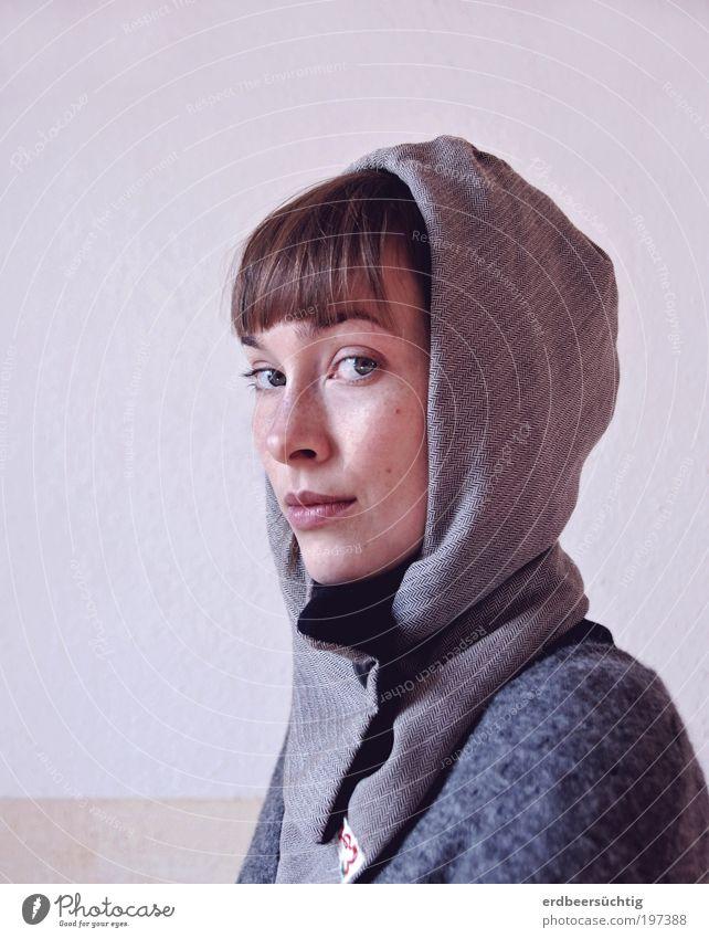 skeptisch Frau Jugendliche ruhig kalt feminin Stil grau warten Mode Erwachsene Porträt Hoffnung Zukunft authentisch einzigartig natürlich