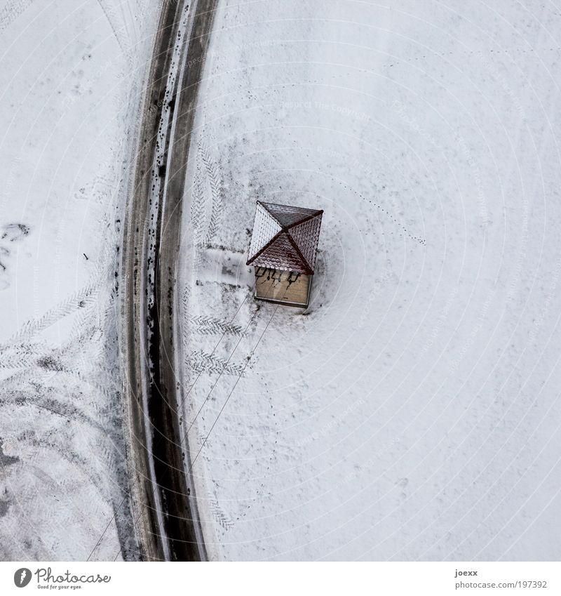 EinSiedler Energiewirtschaft Winter Schnee Menschenleer Haus Hütte Turm Dach Straße kalt Stromversorgung Verteilerhäuschen Farbfoto Gedeckte Farben