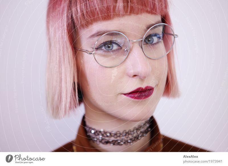Klare Sicht Lifestyle Stil schön Junge Frau Jugendliche Gesicht 18-30 Jahre Erwachsene Schmuck Brille rothaarig kurzhaarig rote Lippen beobachten Kommunizieren