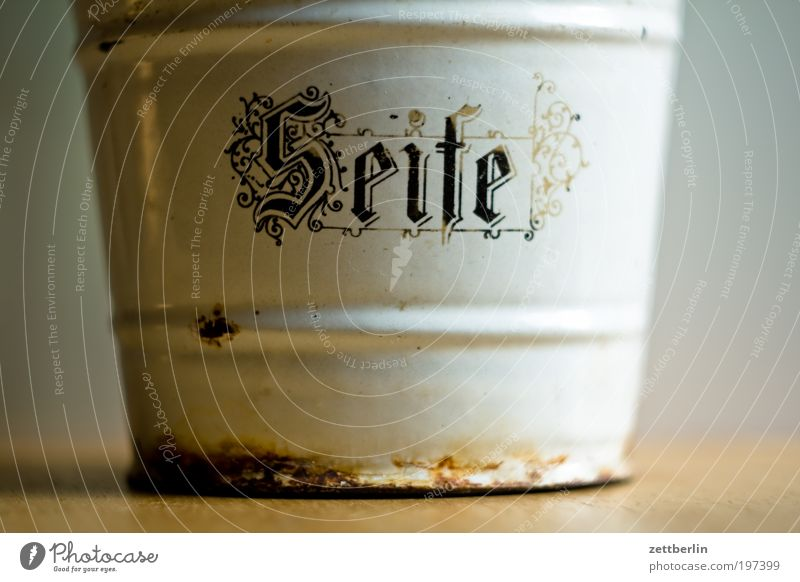 Seife Sauberkeit Körperpflege Körperpflegeutensilien seifenspender seifenpulver Emaille alt museal Museum antik Rost Schriftzeichen Typographie Frakturschrift