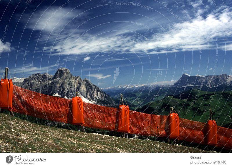 Dolomiten Fangzaun Skipiste Berge u. Gebirge Wolken Bahn Skilift Schnee Wetter Blauer Himmel Luft rein Zaun Grenze Begrenzung Schutz Aussicht Landschaft