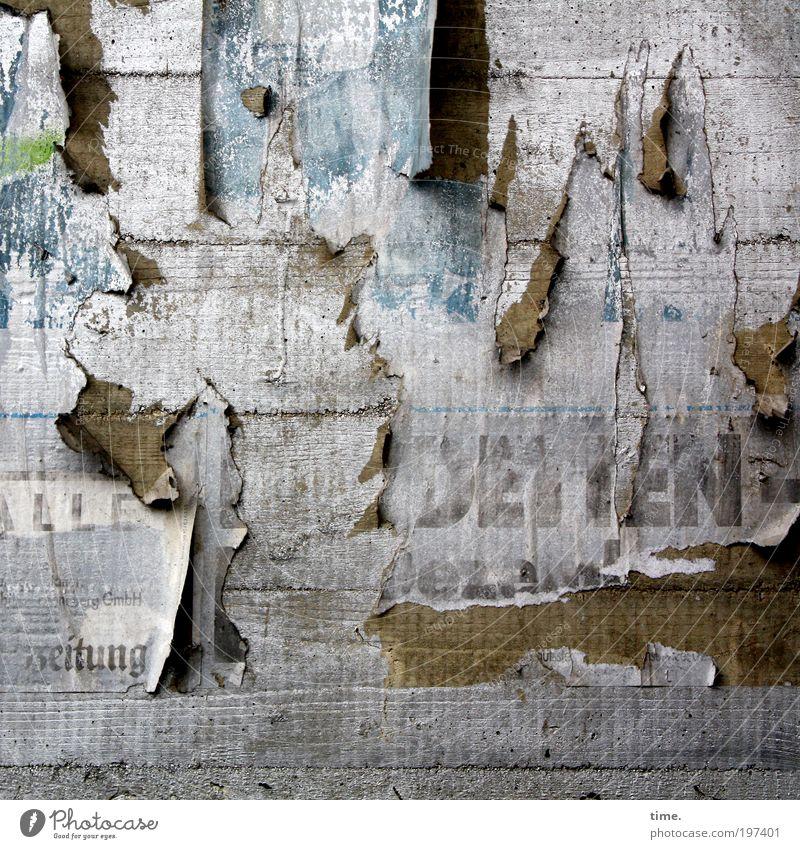 Werbeblock alt Wand grau dreckig Beton Papier kaputt Werbung schäbig Wirtschaft hängen Karton Riss Plakat Werbebranche Druckerzeugnisse