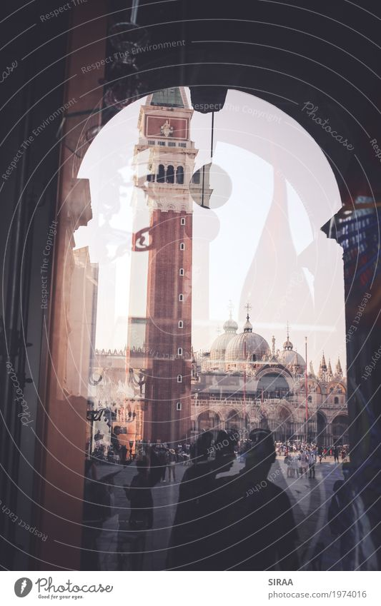 Venedig im Glas Mensch Menschengruppe Ferien & Urlaub & Reisen Italien Markusplatz Campanile Schaufenster Torbogen Menschenmenge Farbfoto Gedeckte Farben
