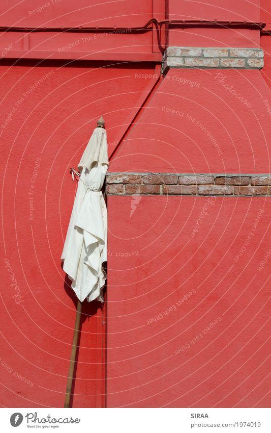 Angelehnt Menschenleer Mauer Wand Stein Beton warten rot Klima Sonnenschirm angelehnt Italien Burano Frühling arbeitslos Farbfoto mehrfarbig Außenaufnahme