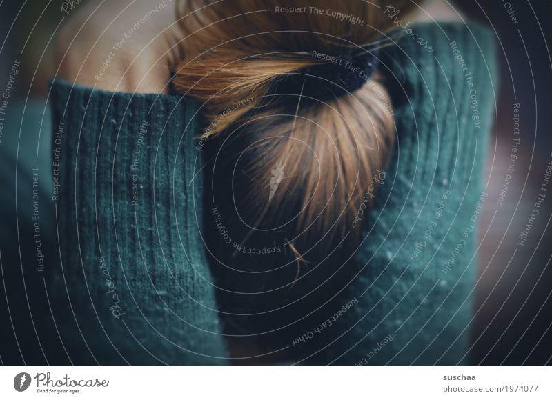 versunken Frau Einsamkeit dunkel Traurigkeit Haare & Frisuren Angst Arme bedrohlich Stress Scham Erschöpfung Frustration Krise untergehen verdeckt