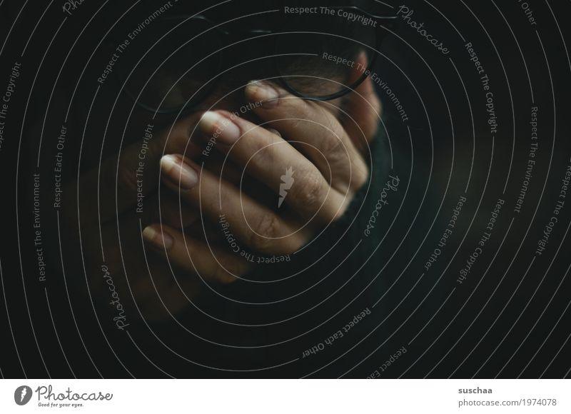 dunkel Traurigkeit Hand Finger verdecktes gesicht grübeln nachdenklich Verzweiflung Einsamkeit
