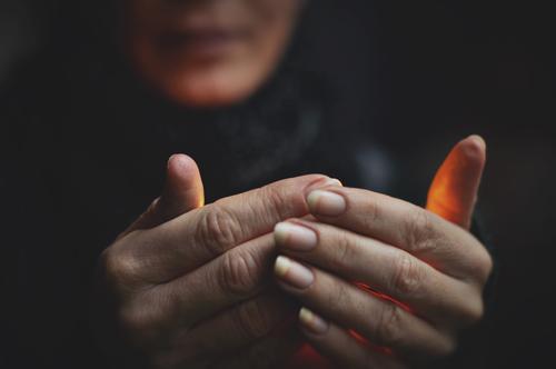 kleines licht Frau Hand dunkel Wärme leuchten Finger festhalten verdeckt Kerzenschein verborgen