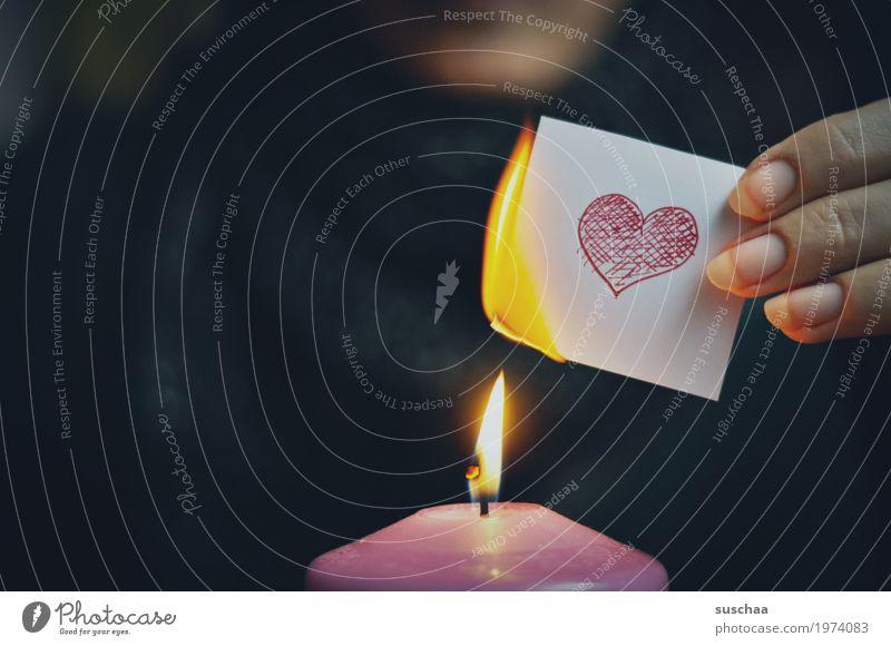 scheiss drauf ... Liebe Herz Symbole & Metaphern brennen resignieren Liebeskummer Feuer Flamme Kerze anstecken Papier Hand Finger dunkel Traurigkeit Abschied