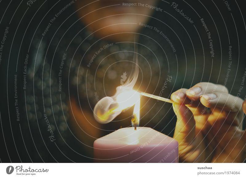 es wird zu dunkel ... Frau Hand Finger Feuer Rauch Kerze Kerzendocht Flamme brennen Streichholz anzünden Licht Wärme Winter kalt Weihnachten & Advent