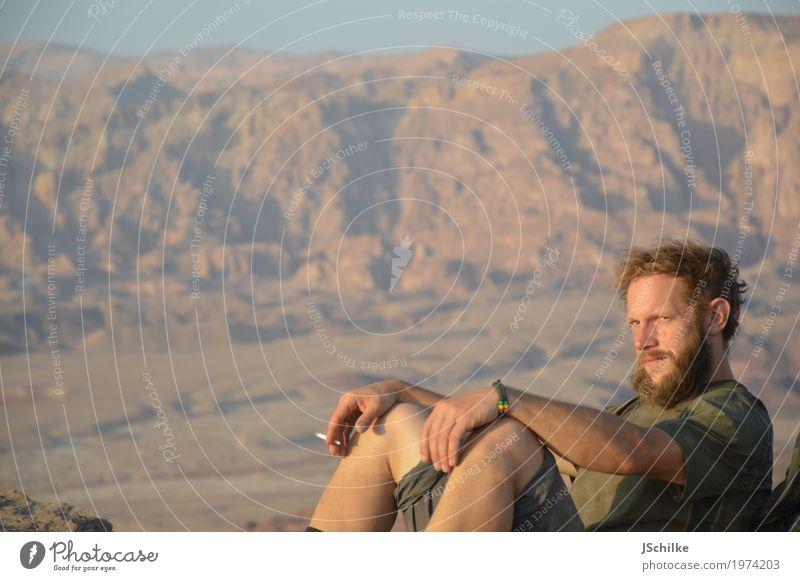 smoking in the desert Mensch Ferien & Urlaub & Reisen Jugendliche Sommer Junger Mann Erholung Ferne 18-30 Jahre Berge u. Gebirge Erwachsene Umwelt Leben