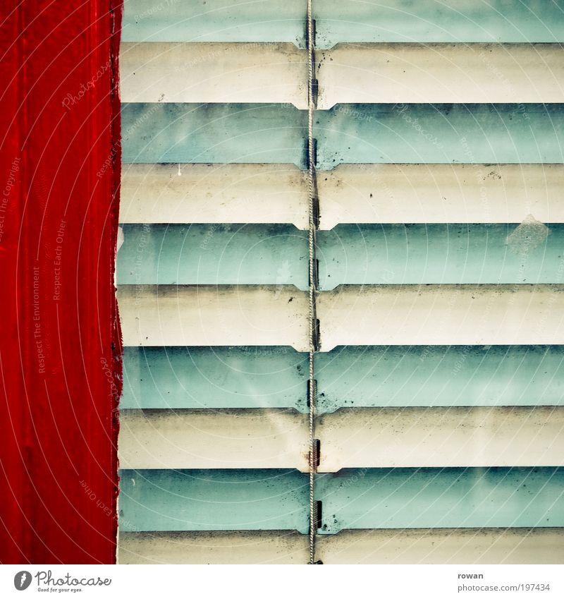 grünrot Haus Bauwerk Gebäude Mauer Wand Fassade Fenster Tür Jalousie Vorhang türkis Sichtschutz privat Privatsphäre Linie parallel Farbfoto Außenaufnahme