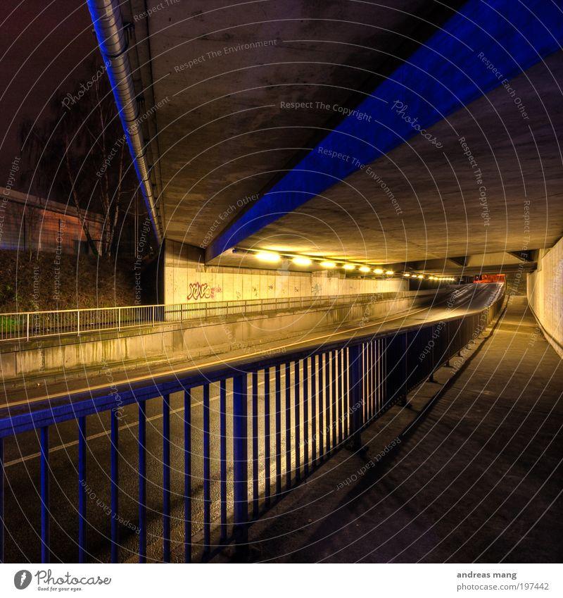 Tiefe Lampe Verkehr Verkehrswege Autofahren Fußgänger Straße Tunnel Angst Symmetrie Geländer dunkel Licht Kontrast Farbfoto Nacht Kunstlicht