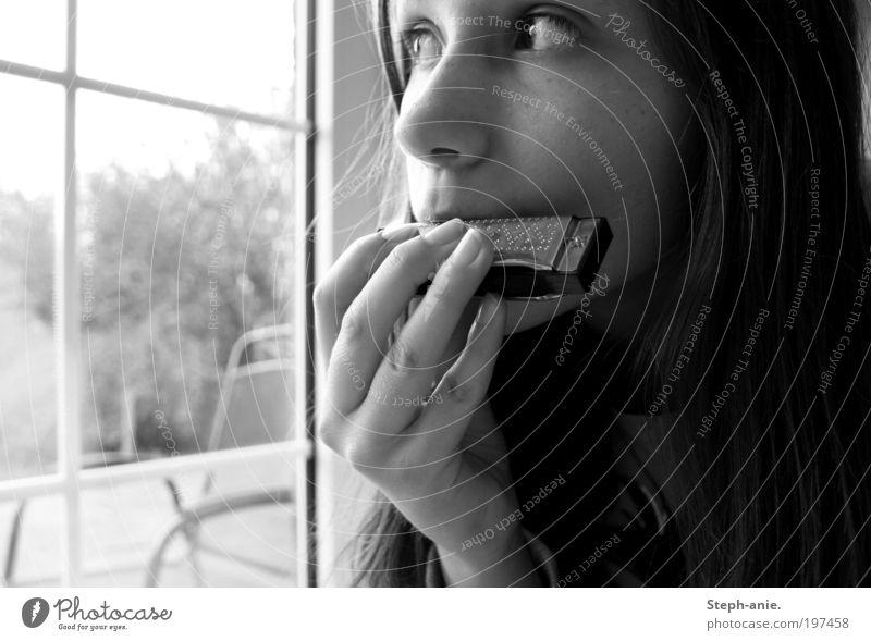 Die Mundharmonika. Mensch Einsamkeit Musik träumen Sehnsucht Schwarzweißfoto Verschwiegenheit