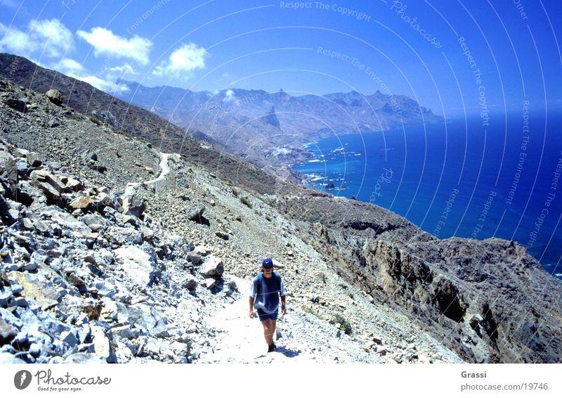 Unterwegs Himmel Sonne Meer blau Berge u. Gebirge Stein Wege & Pfade Wärme Küste wandern laufen Verkehr Insel T-Shirt heiß Fußweg