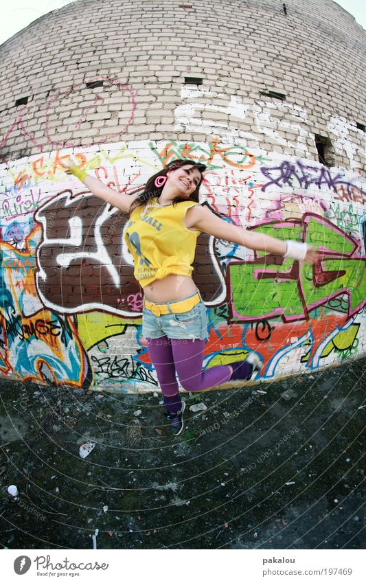 buntes kommt aus der mitte Frau Jugendliche grün Stadt Freude Erwachsene gelb feminin Wand Graffiti lachen springen Mauer Mode Tanzen frei