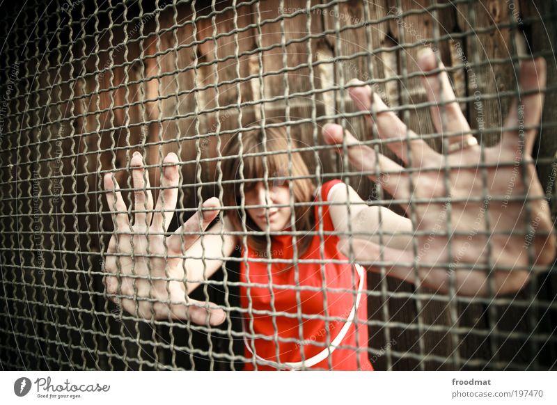 ausbruchsicher Frau Mensch Jugendliche rot feminin Erwachsene Angst Sicherheit Netzwerk bedrohlich festhalten Vertrauen Wut Schmerz Ring Gitter