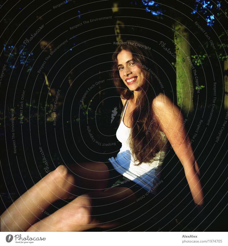 ganz natürlich schön Wohlgefühl Ausflug Abenteuer Junge Frau Jugendliche Gesicht Grübchen 18-30 Jahre Erwachsene Natur Schönes Wetter Baum Wald Unterhemd