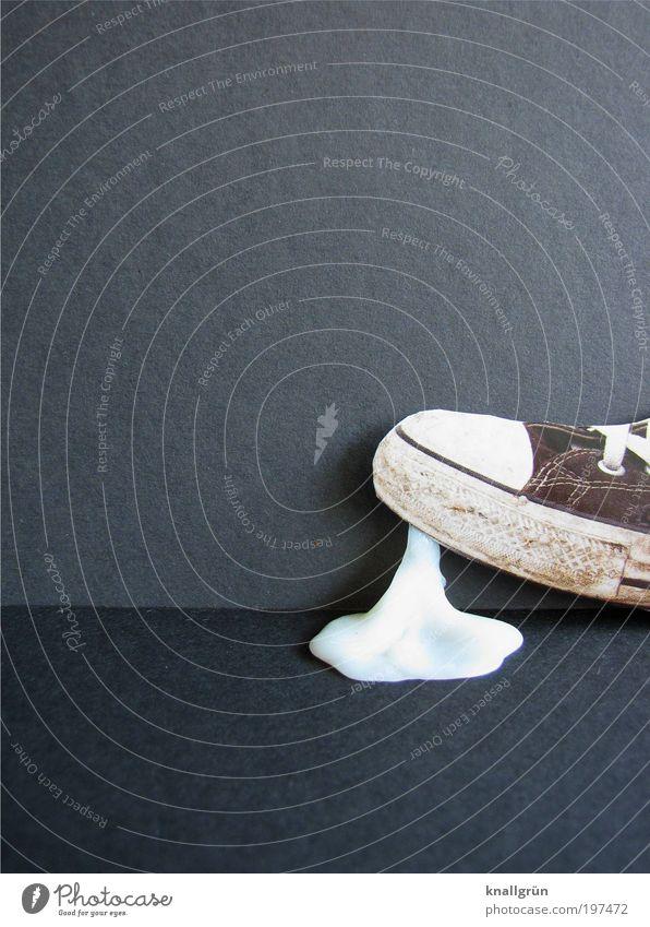 Wohlstandsmüll Lebensmittel Kaugummi Chewing Gum Reichtum Schuhe Turnschuh Chucks gehen laufen dreckig Ekel grau schwarz weiß Laster Ärger Missgeschick