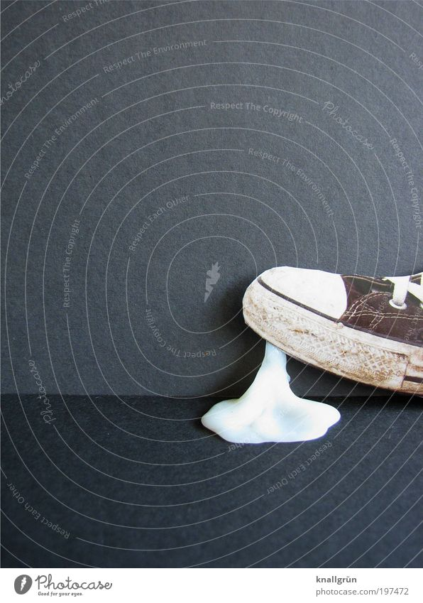 Wohlstandsmüll weiß schwarz grau Lebensmittel Schuhe gehen dreckig laufen Reichtum Zusammenhalt Turnschuh Ekel Chucks Ärger reich kleben