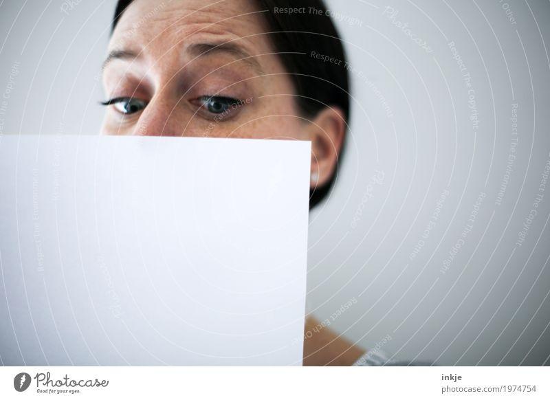 Das Blatt vorm Mund. Lifestyle Freizeit & Hobby Bildung Erwachsenenbildung Frau Leben Gesicht 1 Mensch 30-45 Jahre 45-60 Jahre Papier Zettel Schriftstück Brief