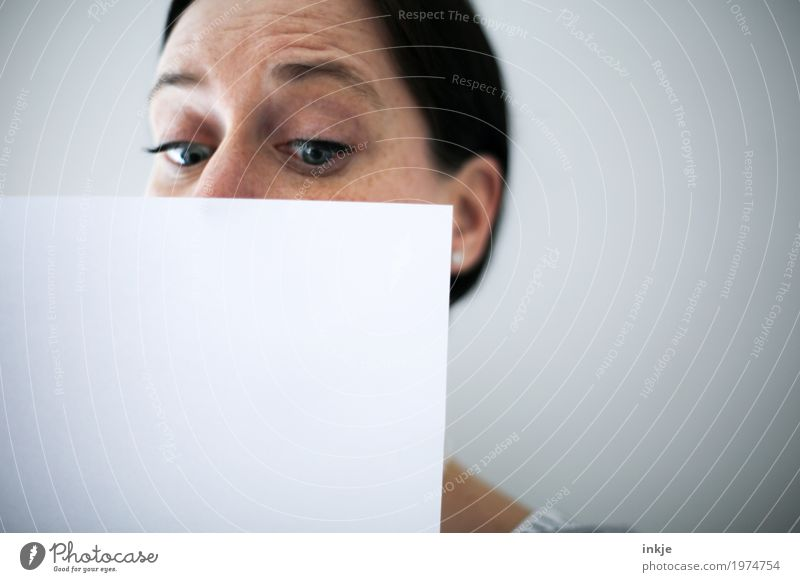 Frauengesicht hinter weißem Blatt Papier Lifestyle Freizeit & Hobby Bildung Erwachsenenbildung Leben Gesicht 1 Mensch 30-45 Jahre 45-60 Jahre Zettel
