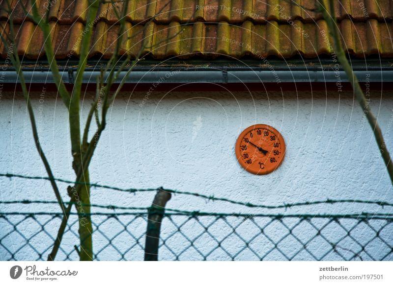 Fünf vor 12 Grad Natur Wand Garten Traurigkeit trist Sträucher Dach Ast Zaun Zweig Schrebergarten Nachbar Messinstrument März Dachziegel Kalk