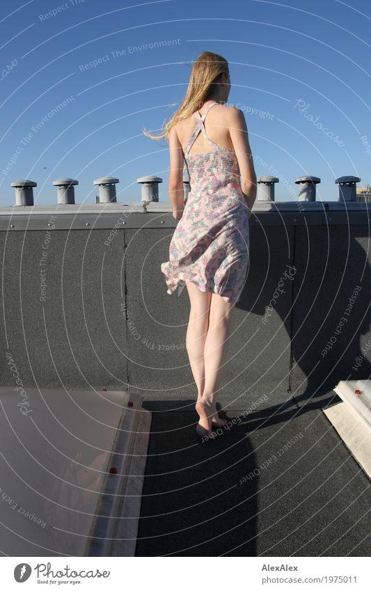 Aussicht Lifestyle Freude schön Ferne Dach Schornstein Junge Frau Jugendliche Beine 18-30 Jahre Erwachsene Landschaft Wolkenloser Himmel Schönes Wetter Wind