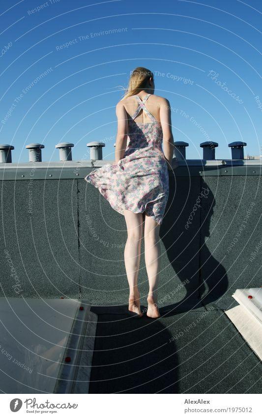 Neugier Jugendliche Junge Frau Stadt schön Landschaft Freude 18-30 Jahre Erwachsene Beine feminin Horizont frei blond ästhetisch Schönes Wetter beobachten