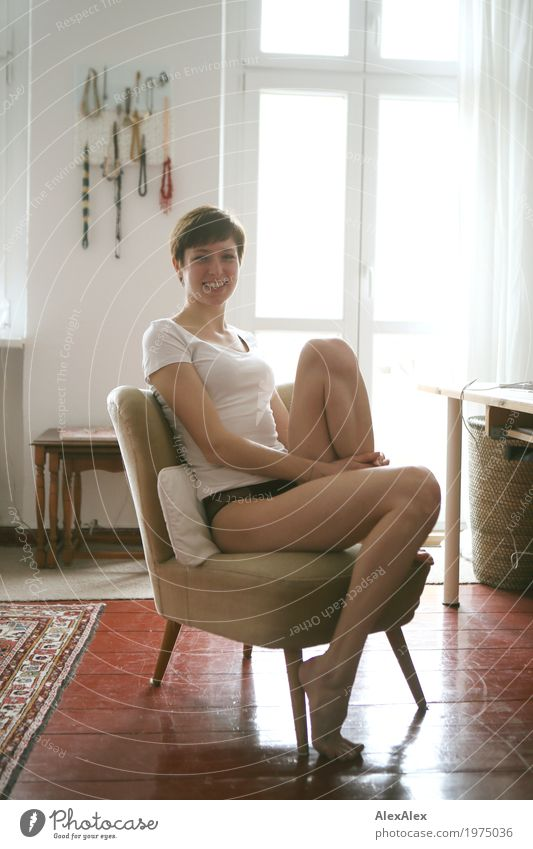 Portrait zu Hause Jugendliche Junge Frau schön Freude 18-30 Jahre Erwachsene Lifestyle Beine feminin Stil Glück Wohnung ästhetisch sitzen Lächeln Wohlgefühl