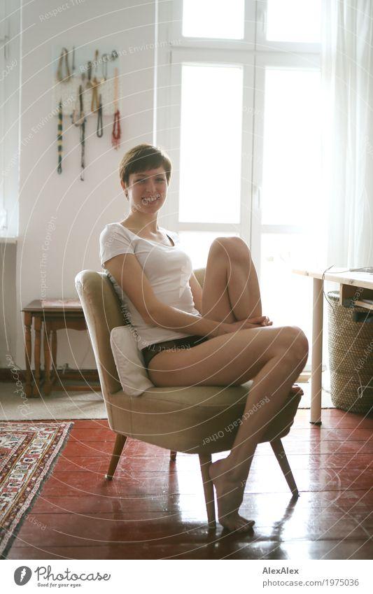 Portrait zu Hause Lifestyle Stil Freude schön Wohlgefühl Wohnung Sessel Dielenboden Balkontür Junge Frau Jugendliche Beine 18-30 Jahre Erwachsene Unterwäsche