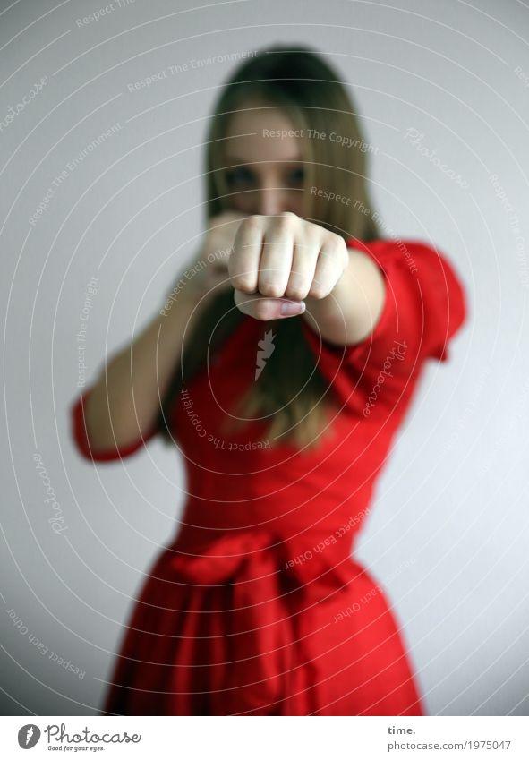 Jil Sport Fitness Sport-Training Kampfsport Boxsport feminin Junge Frau Jugendliche 1 Mensch Kleid blond langhaarig beobachten Blick Coolness dunkel frisch