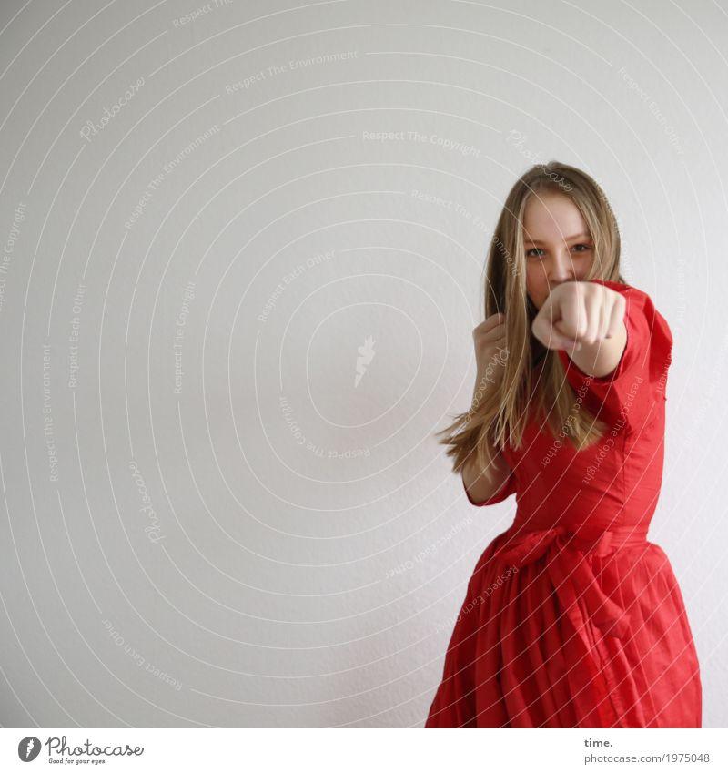 . Mensch Jugendliche Junge Frau schön rot Leben Bewegung Sport feminin blond Kraft beobachten Fitness festhalten Kleid Kontakt