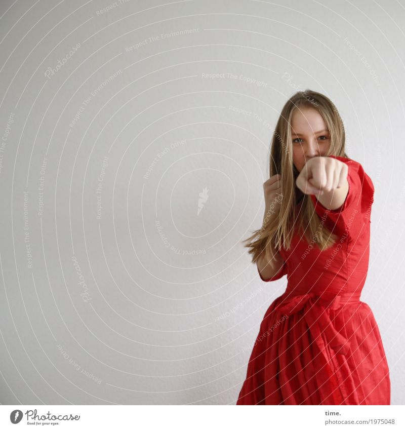 . Sport Fitness Sport-Training Kampfsport Boxsport feminin Junge Frau Jugendliche 1 Mensch Kleid blond langhaarig beobachten festhalten kämpfen Blick schön rot