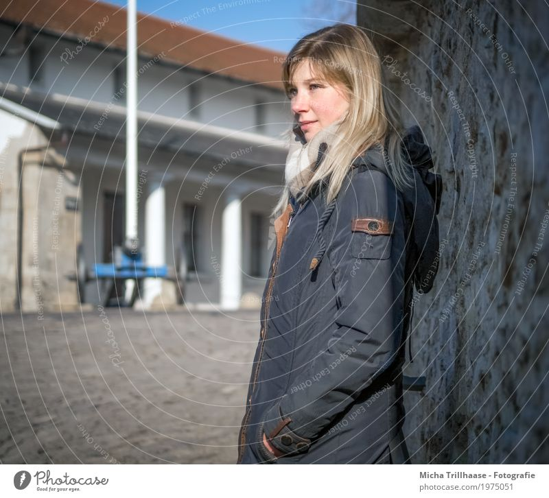 Blonde Frau mit Jacke und Schal Mensch Ferien & Urlaub & Reisen Jugendliche Junge Frau Stadt 18-30 Jahre Gesicht Erwachsene Auge Wand natürlich feminin Mauer