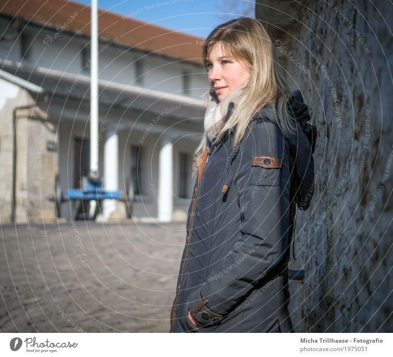 Blonde Frau mit Jacke und Schal Tourismus Sightseeing Städtereise Mensch feminin Junge Frau Jugendliche Erwachsene Körper Kopf Haare & Frisuren Gesicht Auge