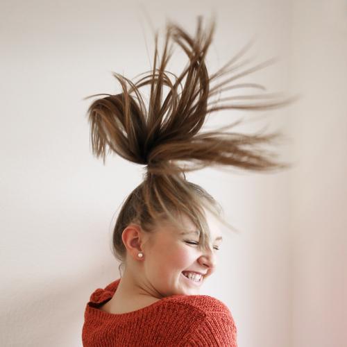 . feminin Frau Erwachsene 1 Mensch Pullover Haare & Frisuren blond langhaarig Bewegung drehen genießen lachen Tanzen schön Freude Glück Fröhlichkeit